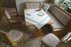 2.-Bank-und-Stühle-neu-gepolstert-2.-Bild