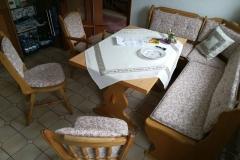 2.-Bank-und-Stühle-neu-gepolstert